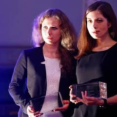 """Die """"Pussy Riot""""-Aktivistinnen Marija Aljochina und Nadeschda Tolokonnikowa bekommen für den Film """"Pussy Riot: A Punk Prayer"""" den Preis in der Kategorie """"Wertvollste Dokumentation des Jahres""""."""