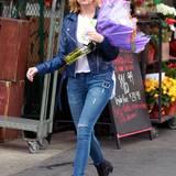 11. November 2014: Schauspielerin Ashley Benson kauft in LA einen Strauß Blumen.