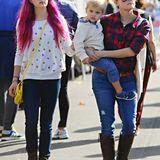 23. November 2014: Reese Witherspoons Tochter Ava hat jetzt pinkfarbene Haare und verbringt einen Tag mit ihrer Mutter und Brüderchen Tennessee auf dem Baurnmarkt in Brentwood.