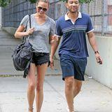 31. Juli 2014: Chrissy Teigen und John Legend gehen ausgelassen am East River in New York spazieren.