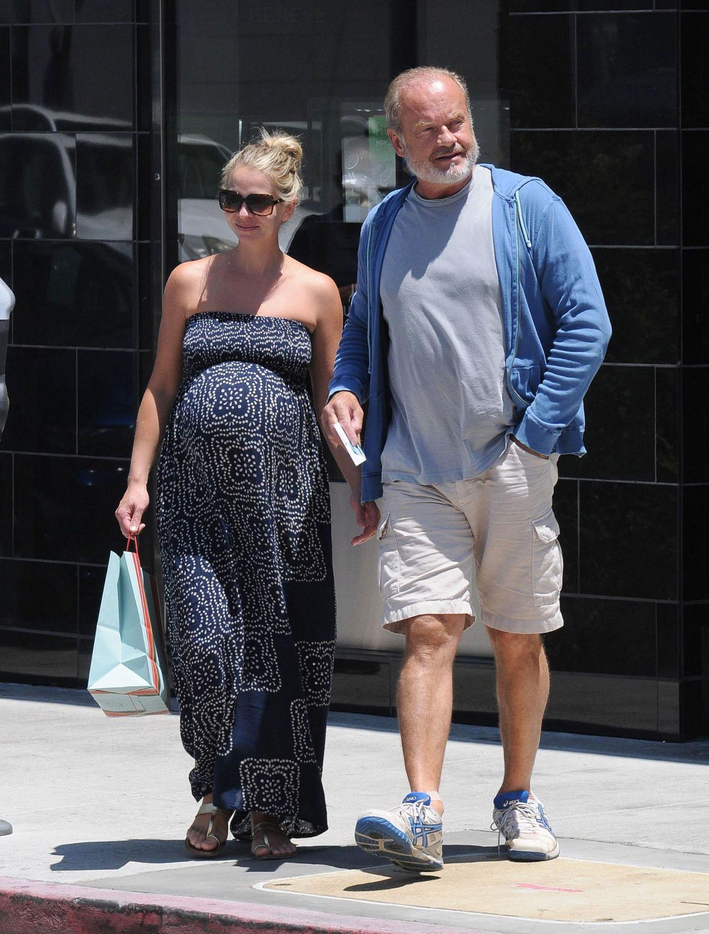 10. Juli 2014: Kelsey Grammer geht mit seiner hochschwangeren Ehefrau Kayte Walsh in Beverly Hills shoppen.