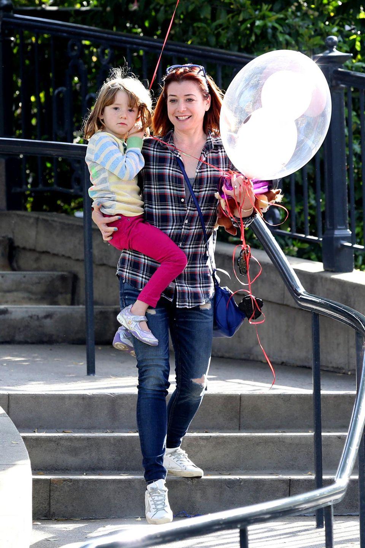 23. März 2014: Alyson Hannigan feiert ihren 40. Geburtstag und den 5. Geburtstag von Tochter Satyana in Disneyland.