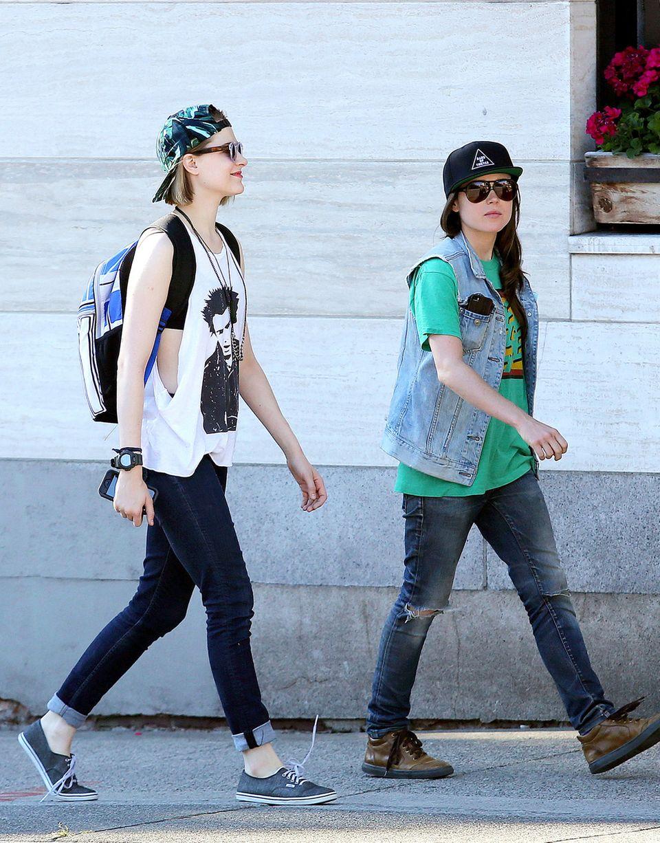 """27. Juli 2014: Evan Rachel Wood und Ellen Page sind in Vancouver zum Abendessen verabredet. Die beiden Schauspielerinnen sind seit Jahren beste Freundinnen und stehen nun gemeinsam für den Film """"Into The Forest"""", in dem sie Schwestern spielen, vor der Kamera."""