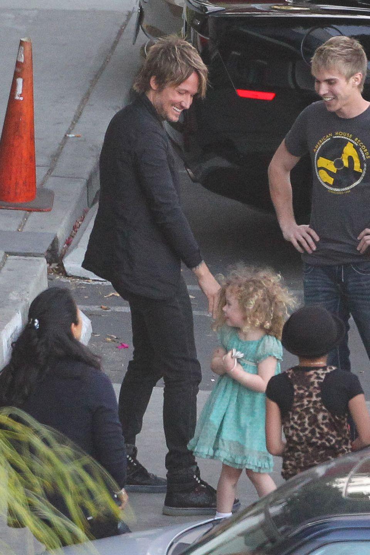"""7. Mai 2014: Keith Urban bekommt am Set von """"American Idol"""" in Los Angeles Besuch von seiner jüngsten Tochter Faith Margaret."""