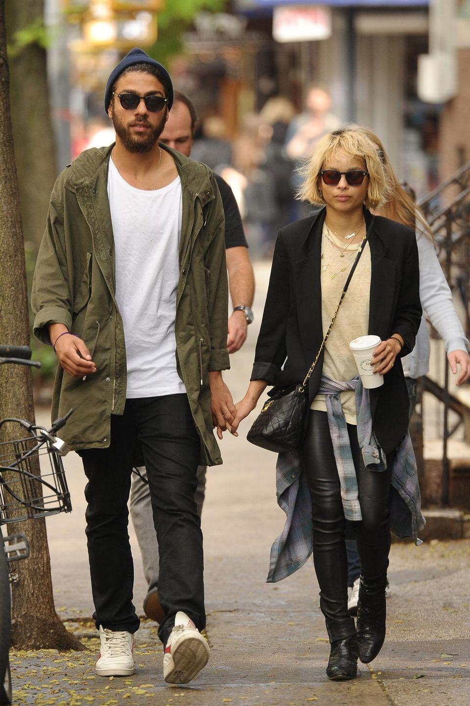 """15. Mai 2014: Noah Becker und Zoe Kravitz schlendern Händchen haltend durchs """"Est Village"""" in New York City."""