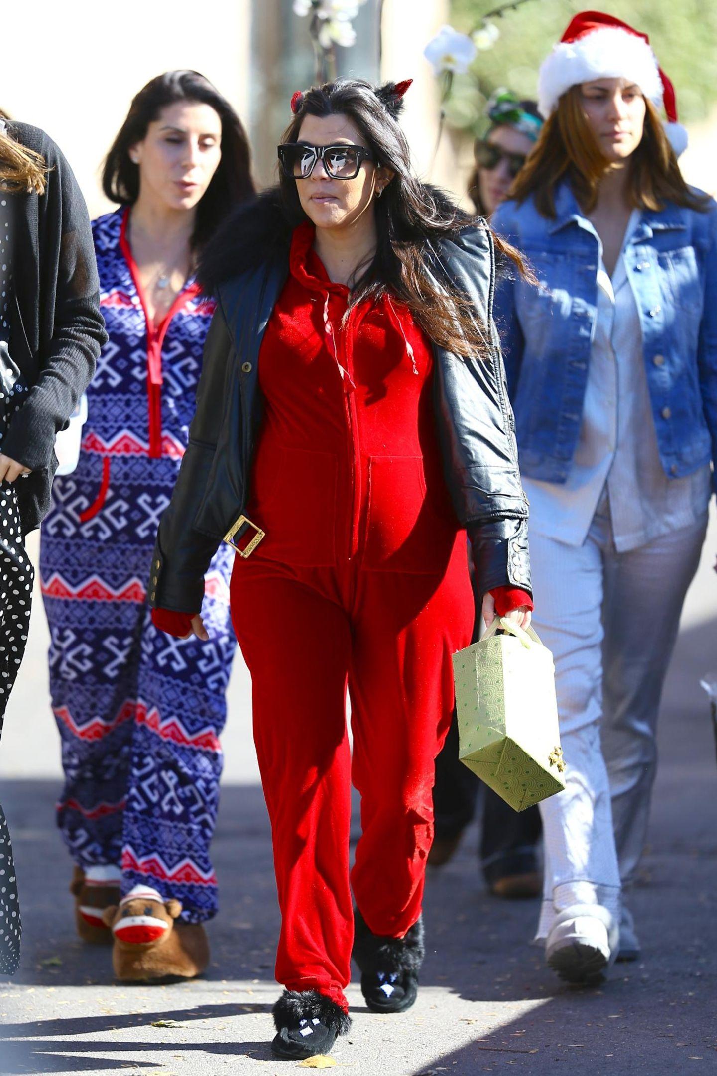 16. November 2014: Im Onesie und mit Teufelshörnern im Haar feiert Kourtney Kardashian in Los Angeles mit Freundinnen ihre Baby-Party.