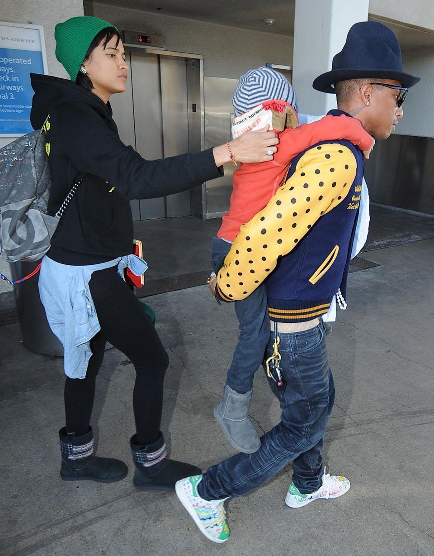 7. April 2014: Pharrell Williams kommt mit seiner Frau Helen Lasichanh und seinem Sohn Rocket Man am Flughafen in Los Angeles an.