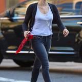 23. September 2014: Mit neongelber Sonnenbrille und Musik auf den Ohren ist Sarah Silverman auf dem Weg in ein Café.