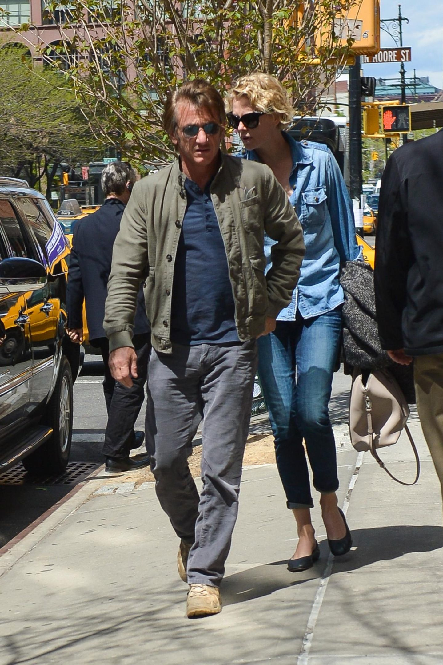 6. Mai 2014: Sean Penn und Charlize Theron werden in Manhatten vor ihrem Hotel von einem Auto abgeholt.