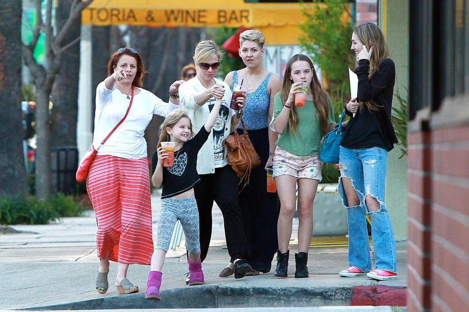 12. März 2014: Jennie Garth kommt mit ihren drei Töchtern Fiona, Luca und Lola aus dem Lemonade Café in Los Angeles.
