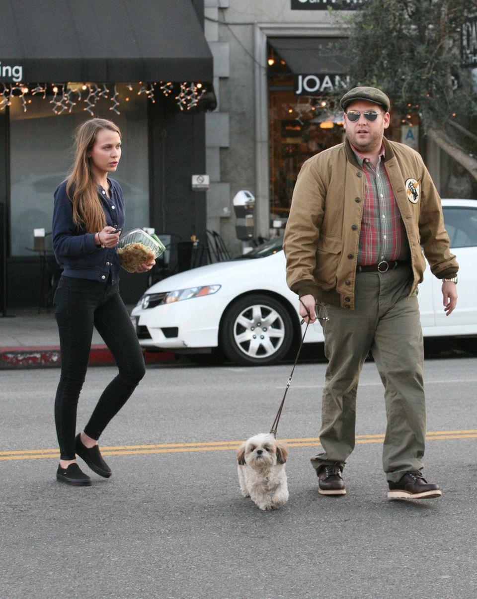 5. Februar 2014: Jonah Hill und seine Freundin Isabelle McNally gehen in West Hollywood mit seinem Hund Gassi.