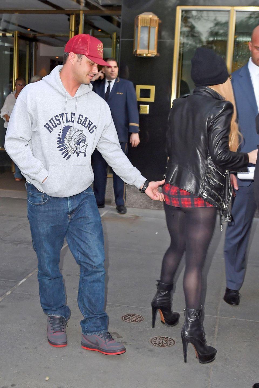 13. Mai 2014: Unbemerkt von Lady Gaga kneift ihr Freund Taylor Kinney ihr in den Po, nachdem sie gemeinsam in New York ihr Apartment verlassen haben.