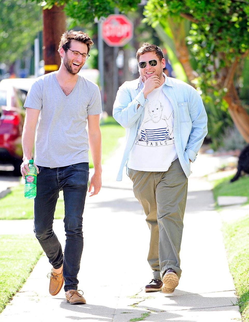 8. April 2014: Jonah Hill geht mit einem Freund in West Hollywood spazieren.