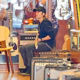 18. August 2014: Keith Urban schaut sich in SoHo, New York, in einem Gitarrenladen um.