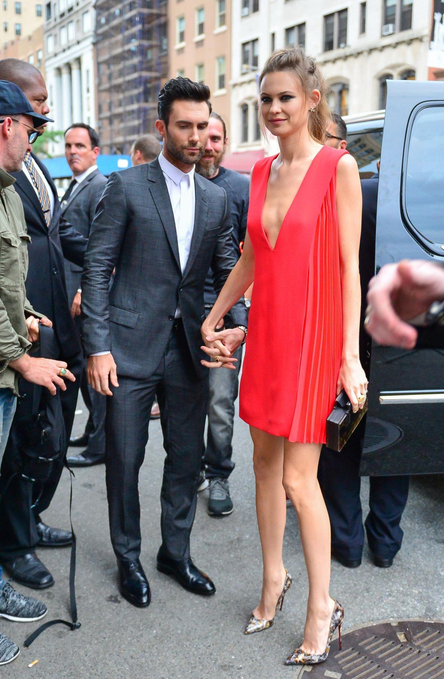 """25. Juni 2014: Adam Levine und seine Verlobte Behati Prinsloo kommen zur Premiere von """"Begin Again"""" in New York City."""