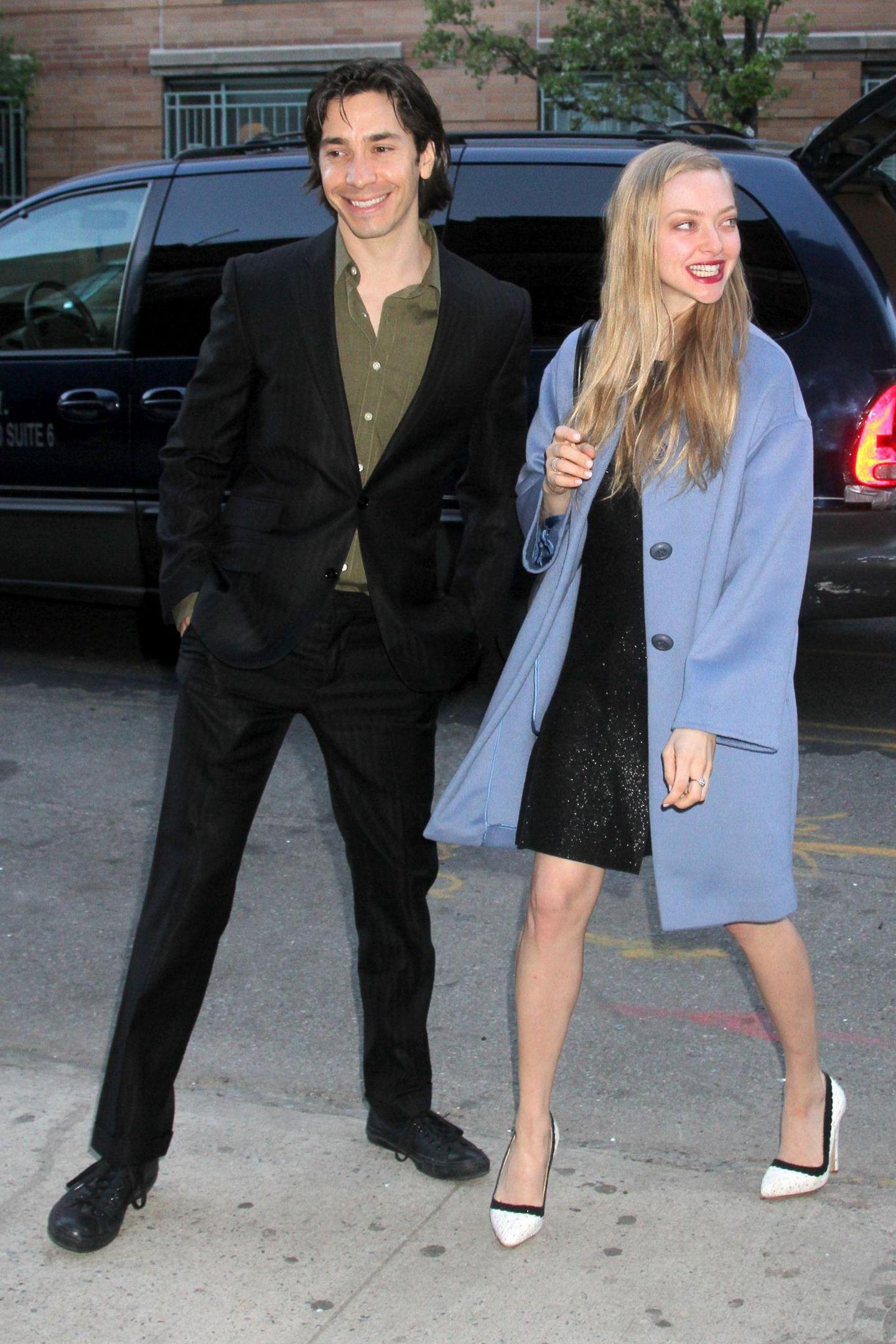 6. Mai 2014: Justin Long und Amanda Seyfried sind auf dem Weg zu einer Charity-Veranstaltung in New York. Die Schauspieler sind seit Längerem ein Paar, hatten sich bisher aber kaum gemeinsam bei Veranstaltungen gezeigt.