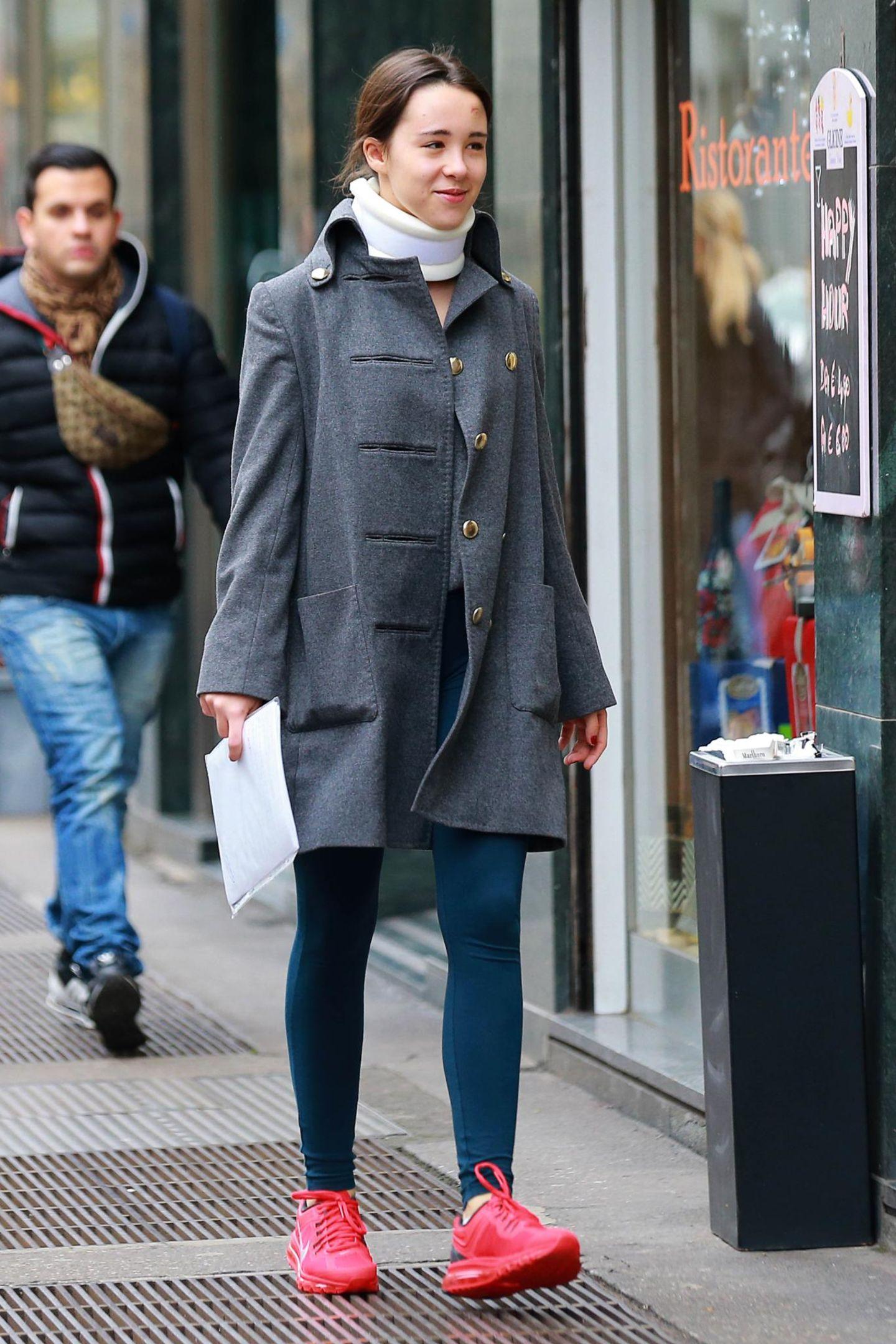 3. Dezember 2014: Michelle Hunzikers Tochter Aurora Ramazzotti muss nach einem Autounfall eine Halskrause tragen, während sie in den Straßen von Mailand unterwegs ist.