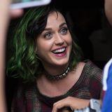 10. Juli 2014: Katy Perry nimmt sich aus dem Auto heraus Zeit für ihre Fans als sie in New Yorks Meatpacking District unterwegs ist.