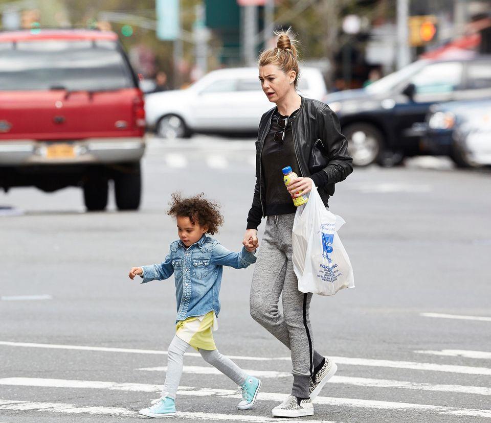 27. April 2014: Ellen Pompeo erledigt mit ihrer Tochter Stella in SoHo Besorgungen.