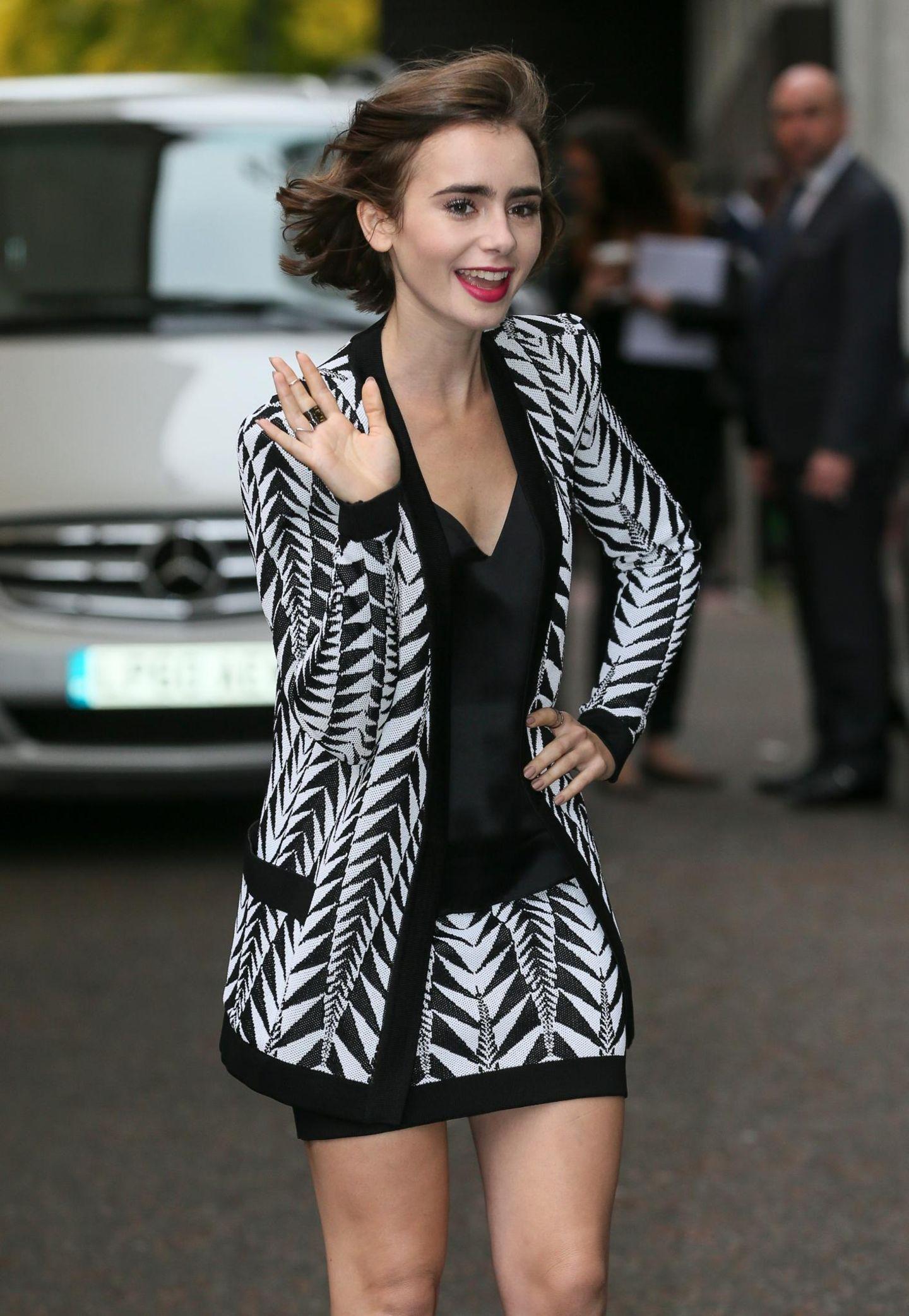 """6. Oktober 2014: Lily Collins winkt ihren Fans auf dem Weg in die """"ITV Studios""""."""