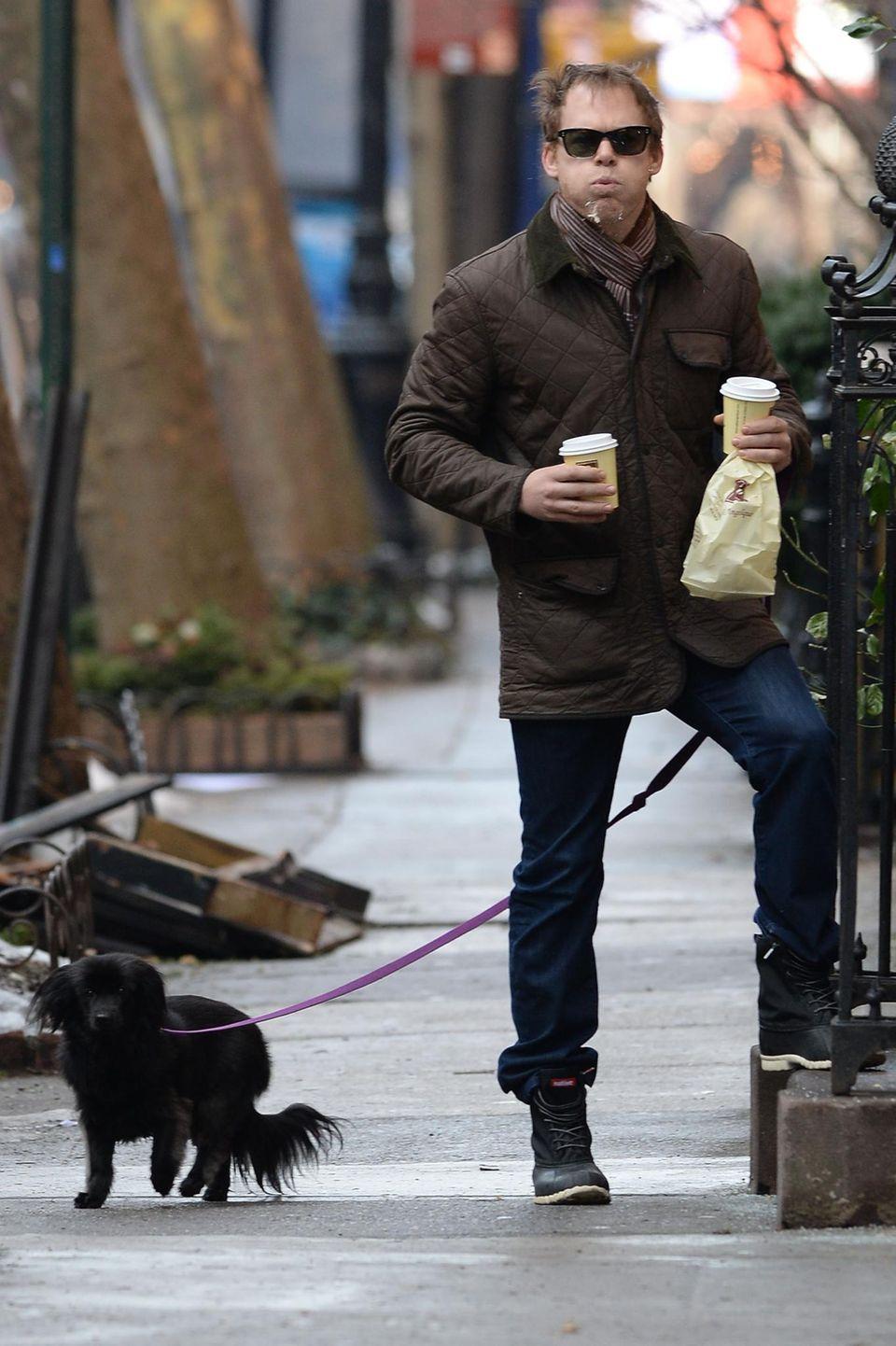 """2. Februar 2014: Nicht nett: """"Dexter""""-Star Michael C. Hall spuckt nach den Fotografen, als er mit seinem Hund und Frühstück zurück in seine Wohnung kommt."""