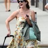 8. Juli 2014: Elisabeth Moss zieht bestens gelaunt ihren Koffer durch Manhattan.
