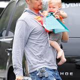 25. Juni 2014: Josh Duhamel und Sohn Axl sind auf dem Weg ins Schwimmbad.
