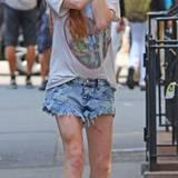 2. Juli 2014: Eine sehr dünne Lindsay Lohan schlendert an ihrem 28. Geburtstag durch New York. An ihren Beinen sind blaue Flecken und Kratzer zu erkennen.