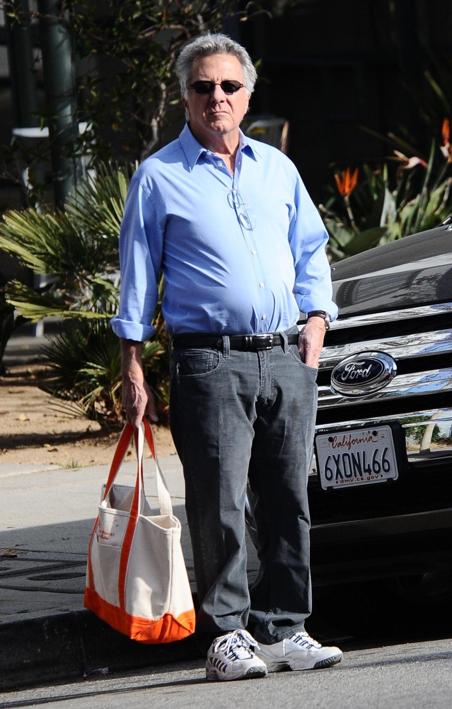 23. Januar 2014: In Turnschuhen und mit Tasche ist Dustin Hoffman auf seinem Weg ins Büro.