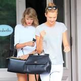 14. Juli 2014: Taylor Swift und ihre Modelfreundin Karlie Kloss gehen bei Sarabeth in New York Mittag essen.
