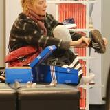 5. Oktober 2014: Uma Thurman probiert in einem Schuhladen in SoHo, New York, Sneaker an.