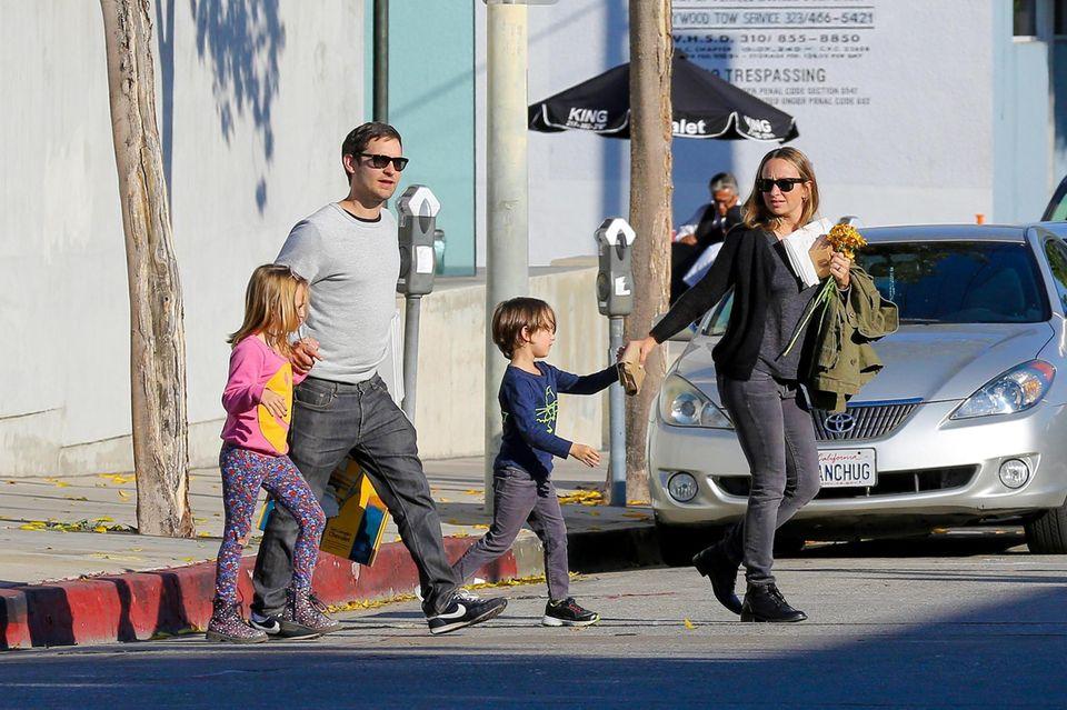 29. November 2014: Tobey Maguire überquert nach einem Mittagessen mit seiner ganzen Familie eine Straße in West-Hollywood.