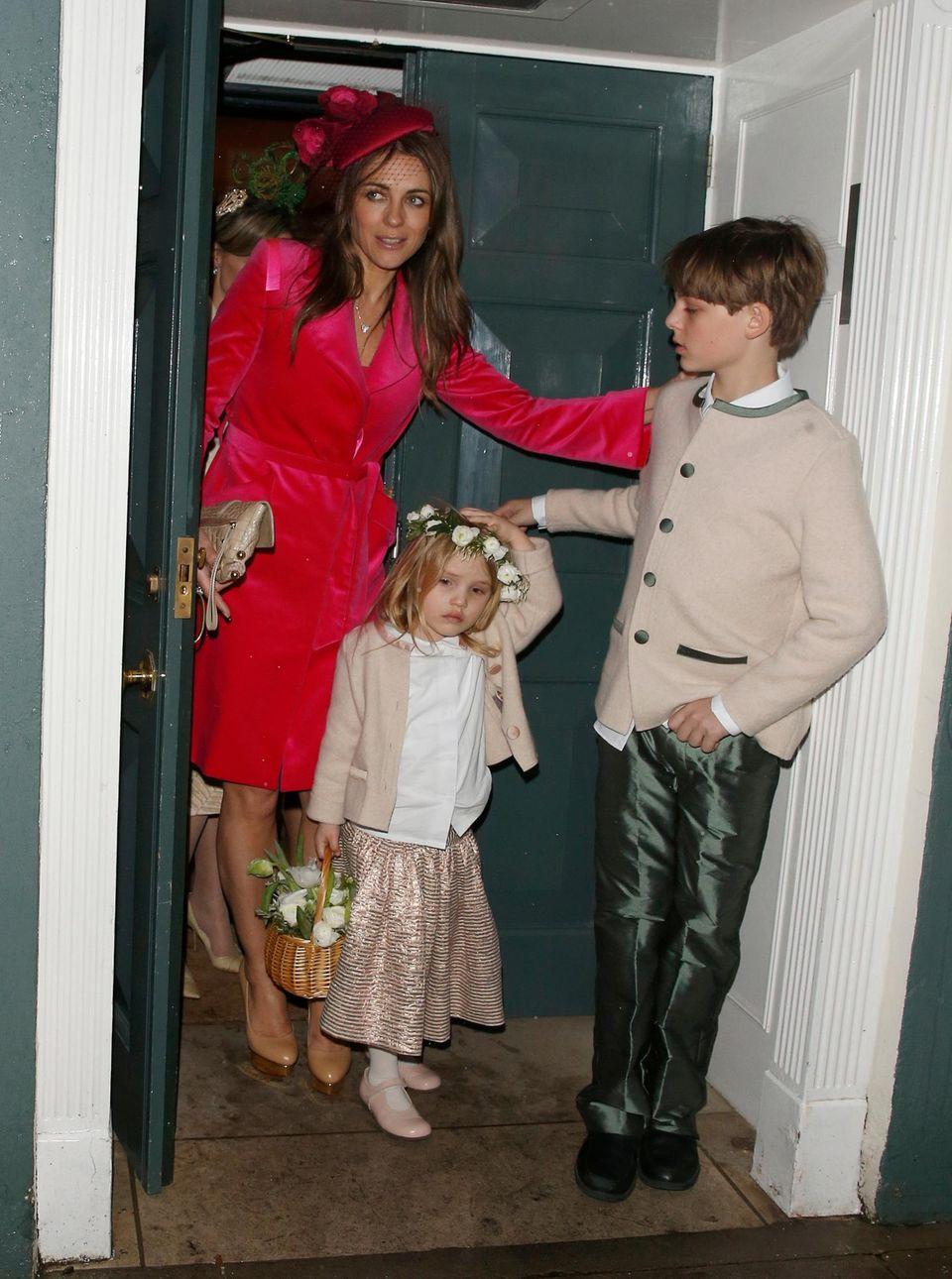 28. Februar 2014: Liz Hurley und ihr Sohn Damian James Hurley besuchen in London eine Hochzeit von Freunden.