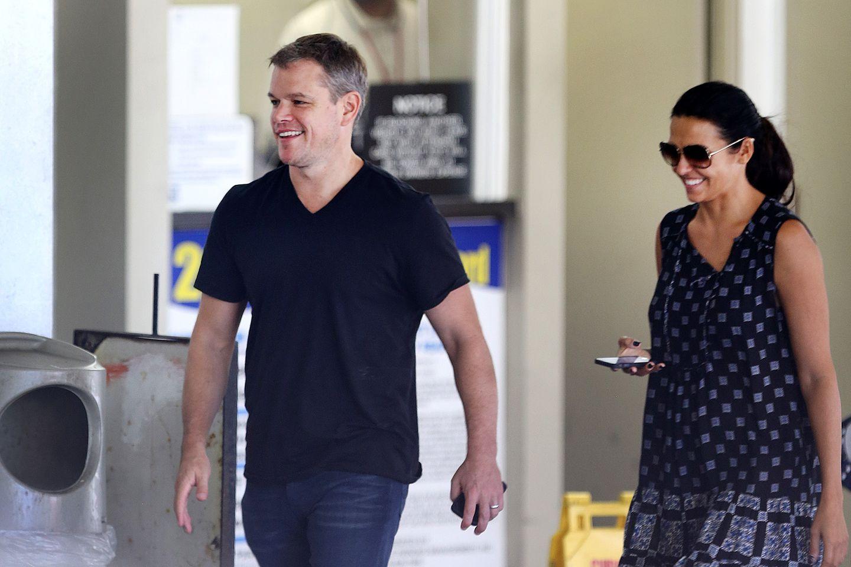 22. September 2014: Matt Damon und sein Frau Luciana haben gute Laune, nachdem er mit einem Fan für ein Selfie posiert hat.