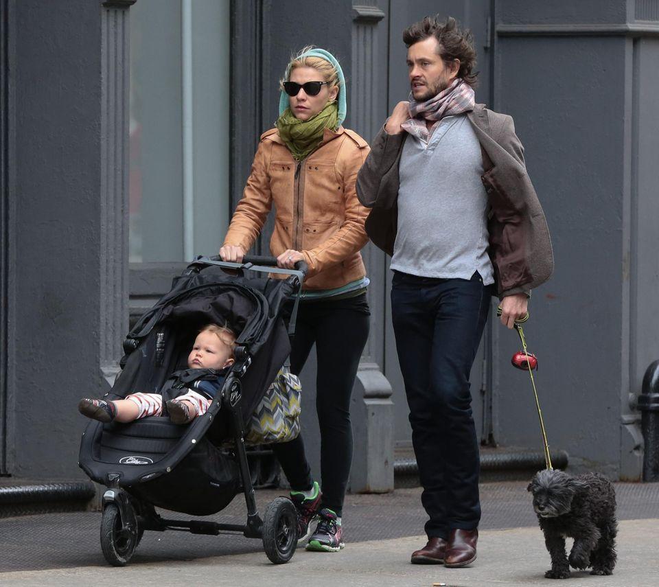 23. April 2014: Claire Danes und Hugh Dancy spazieren mit Hund und Sohn Cyrus im Buggy durch Soho in New York.