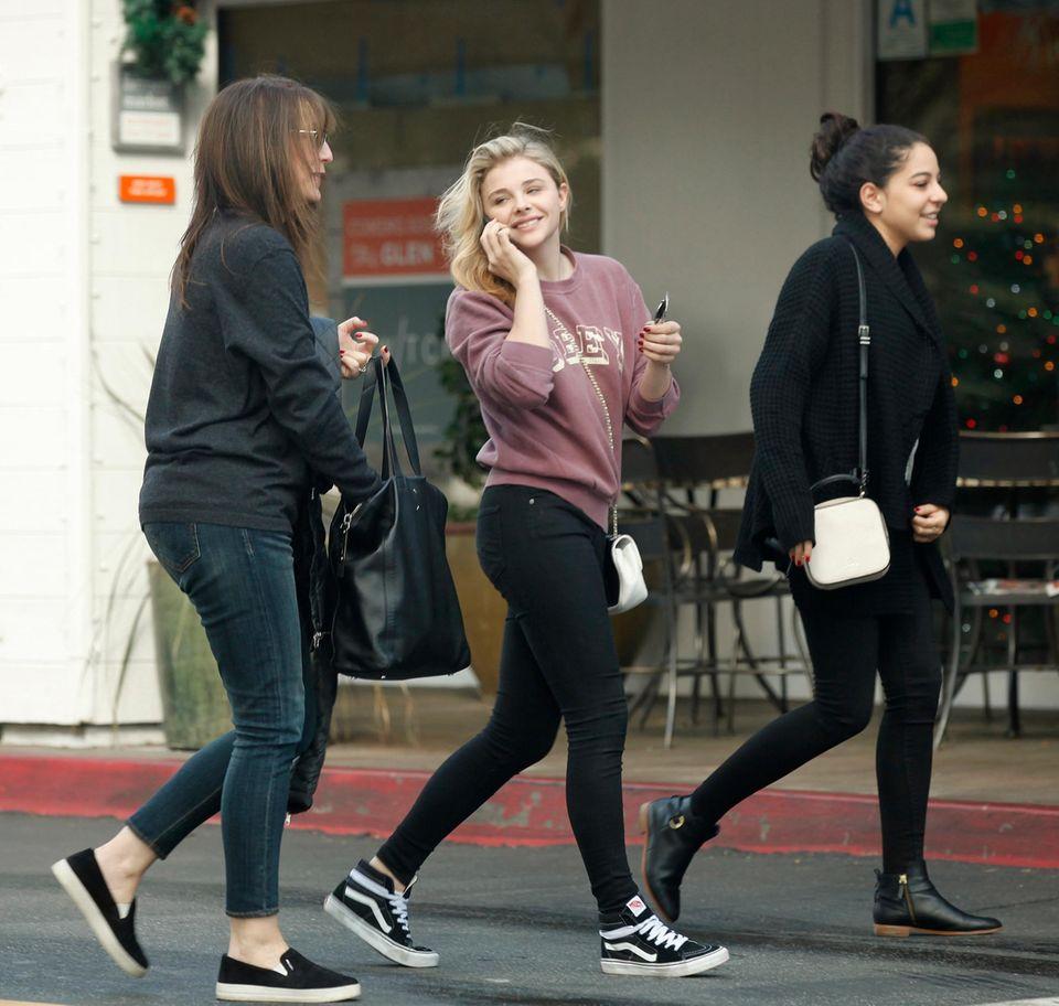 19. Dezember 2014: Chloe Grace Moretz ist in Bel Air unterwegs mit ein paar Freunden.