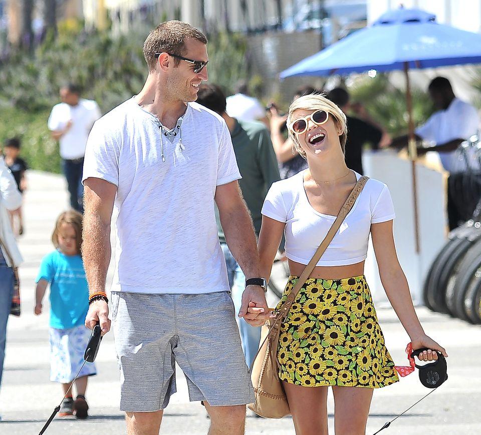 11. Mai 2014: Julianne Hough und ihr Freund Brooks Laich spazieren Hand in Hand durch das sonnige Santa Monica.