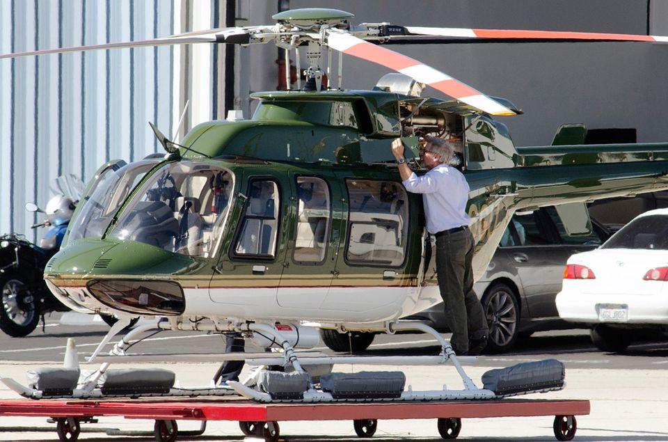 10. Februar 2014: Harrison Ford hat sich einen neuen Hubschrauber gegönnt. Der begeisterte Pilot checkt alle Funktionen, bevor er zu einem zweistündigen Flug aufbricht.