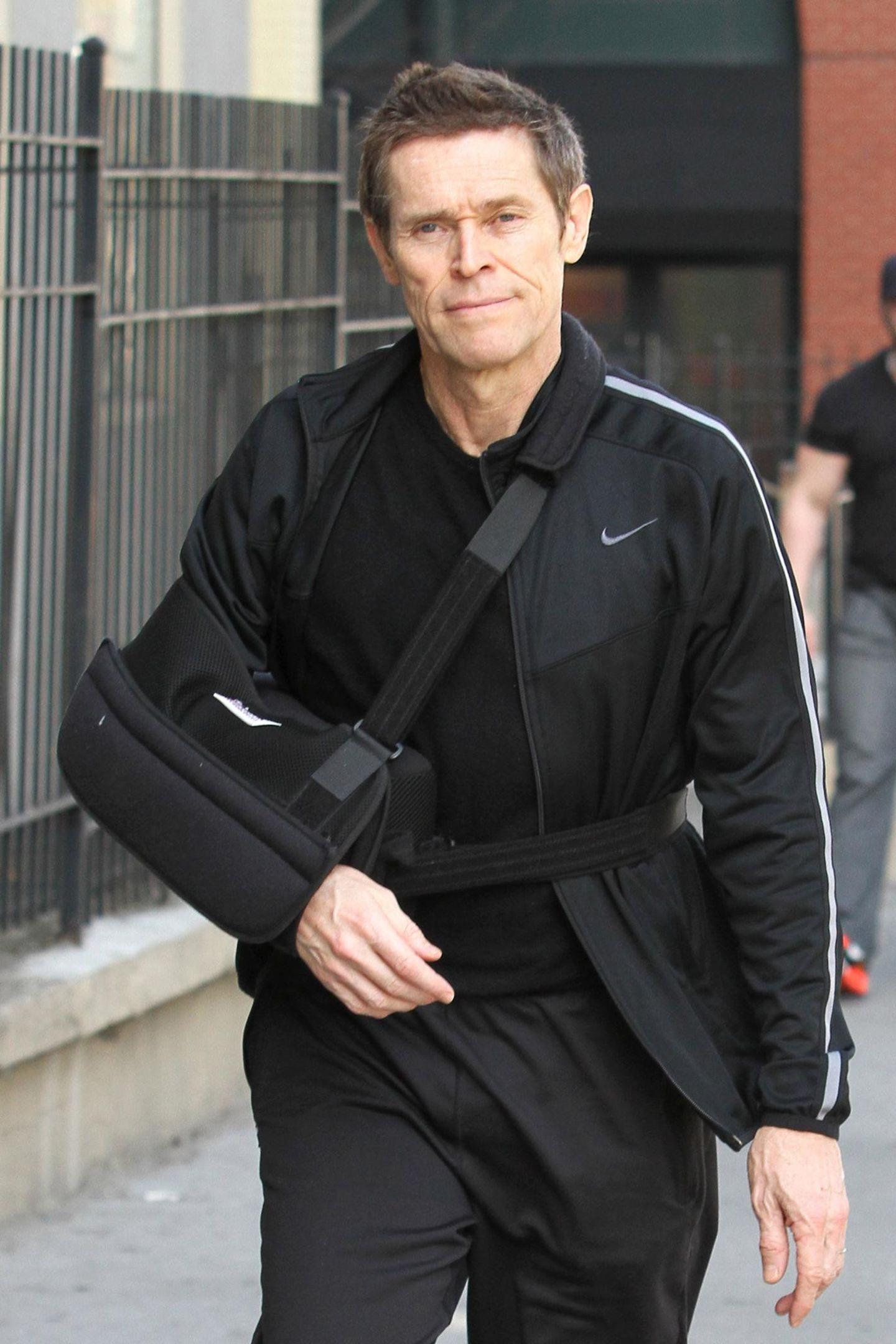14. April 2014: Willem Dafoe ist, mit einem Arm in der Schlinge, auf dem Weg zu seinem Chiropraktiker.