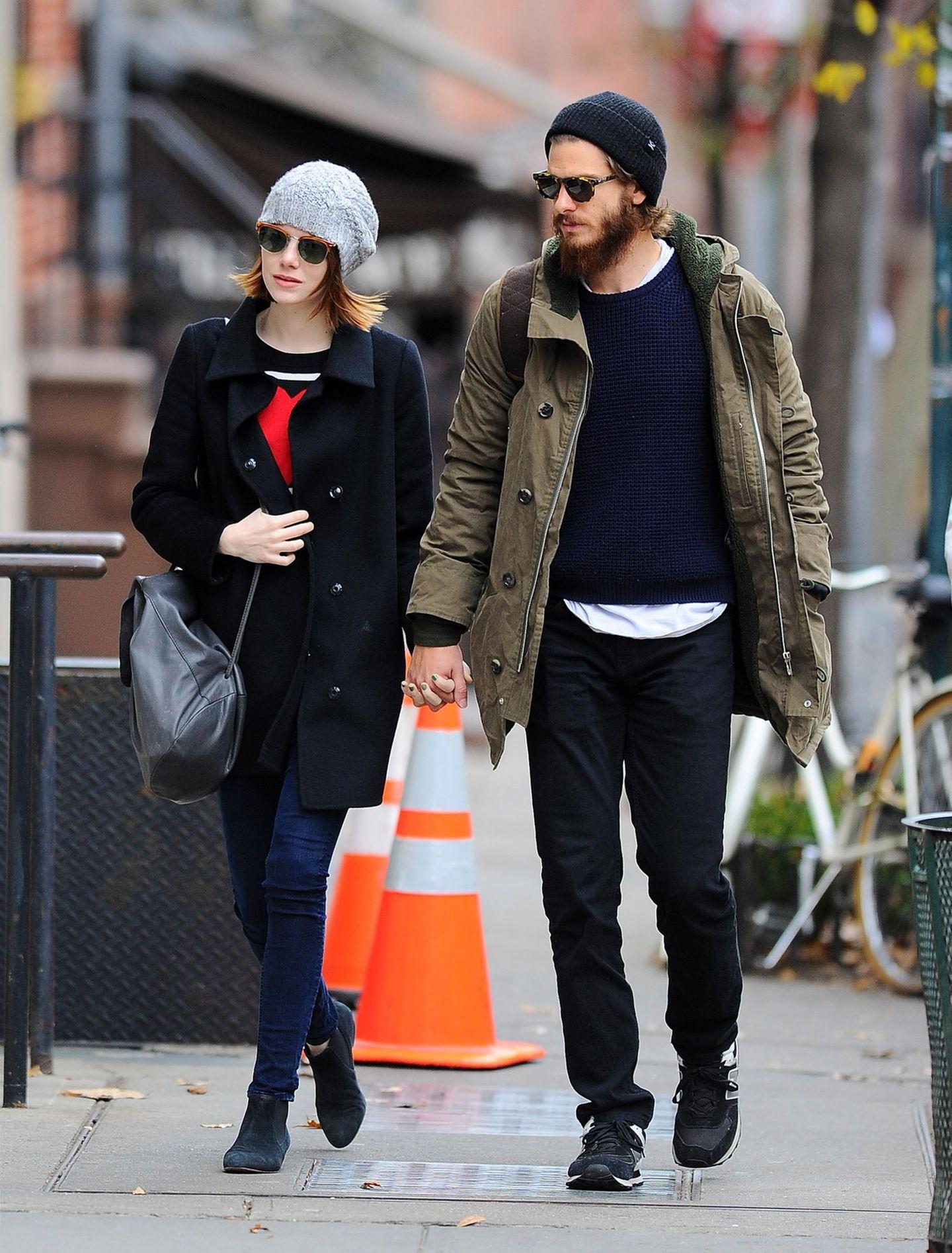 25. November 2014: Emma Stone und Andrew Garfield kommen Hand in Hand von ihrem Mittagsdate in der New Yorker Nachbarschaft zurück.