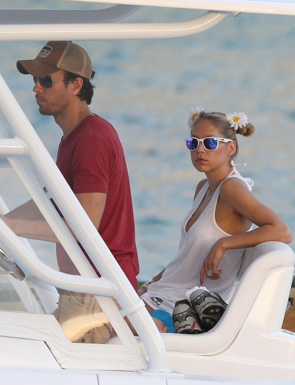 12. Januar 2014: Enrique Iglesias und Anna Kurnikova düsen mit ihrem Boot an der Küste von Miami Beach entlang.