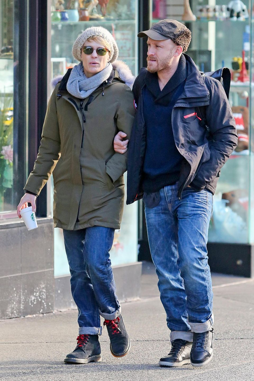 19. Januar 2014: Wie zwei Frischverliebte bummeln Robin Wright und ihr Verlobter Ben Foster durch die Altstadt von Vancouver.