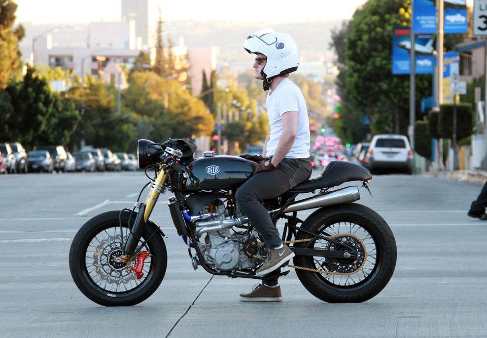 """10. Februar 2014: Josh Hutcherson cruist mit seinem Motorrad über den """"Sunset Boulevard"""" in Los Angeles."""