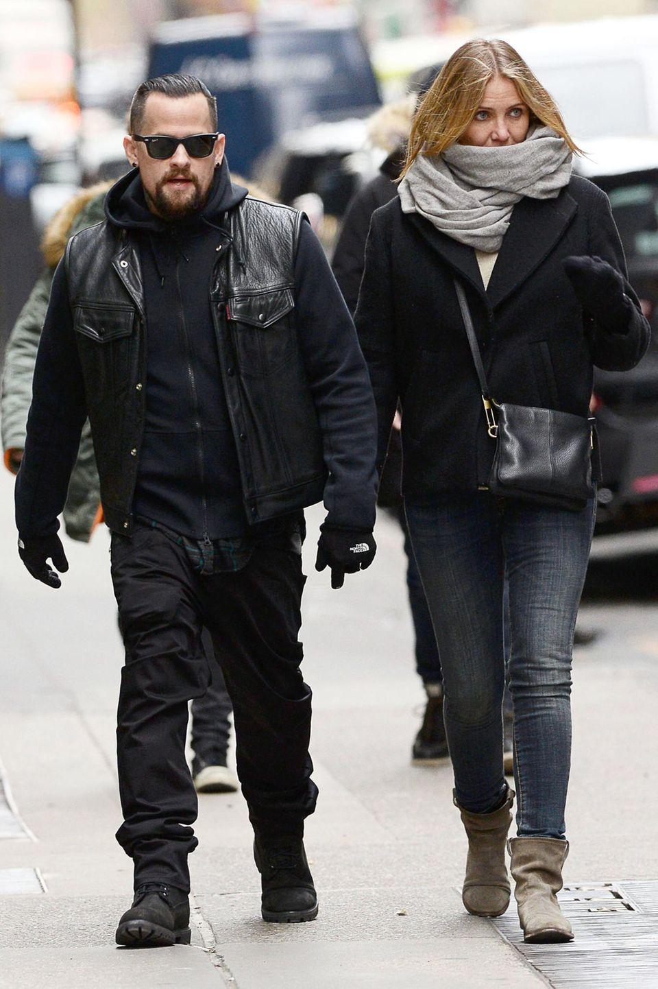 29. November 2014: Cameron Diaz und Benji Madden schlendern dick eingepackt und Hand in Hand durch das winterlich kalte New York.