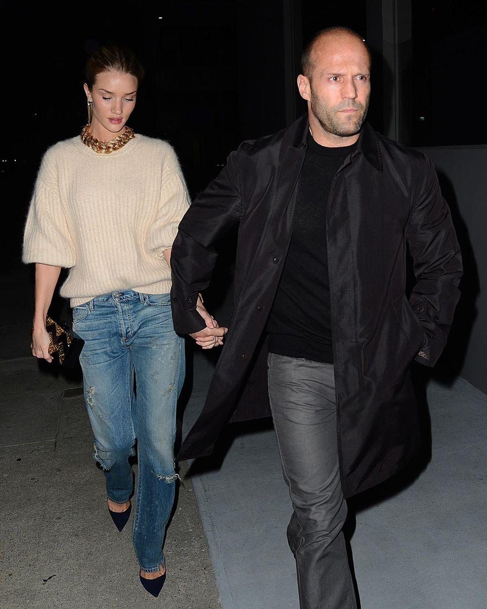 4. März 2014: Möglichst ohne große Aufmerksamkeit zu erregen versuchen Jason Statham und Freundin Rosie Huntington-Whiteley zum Dinner ins Restaurant zu gelangen.