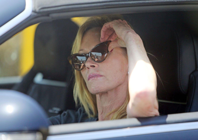 7. Juni 2014: Einen Tag nachdem sie die Scheidung von Antonio Banderas eingereicht hat, sieht man Melanie Griffith nachdenklich im Auto.