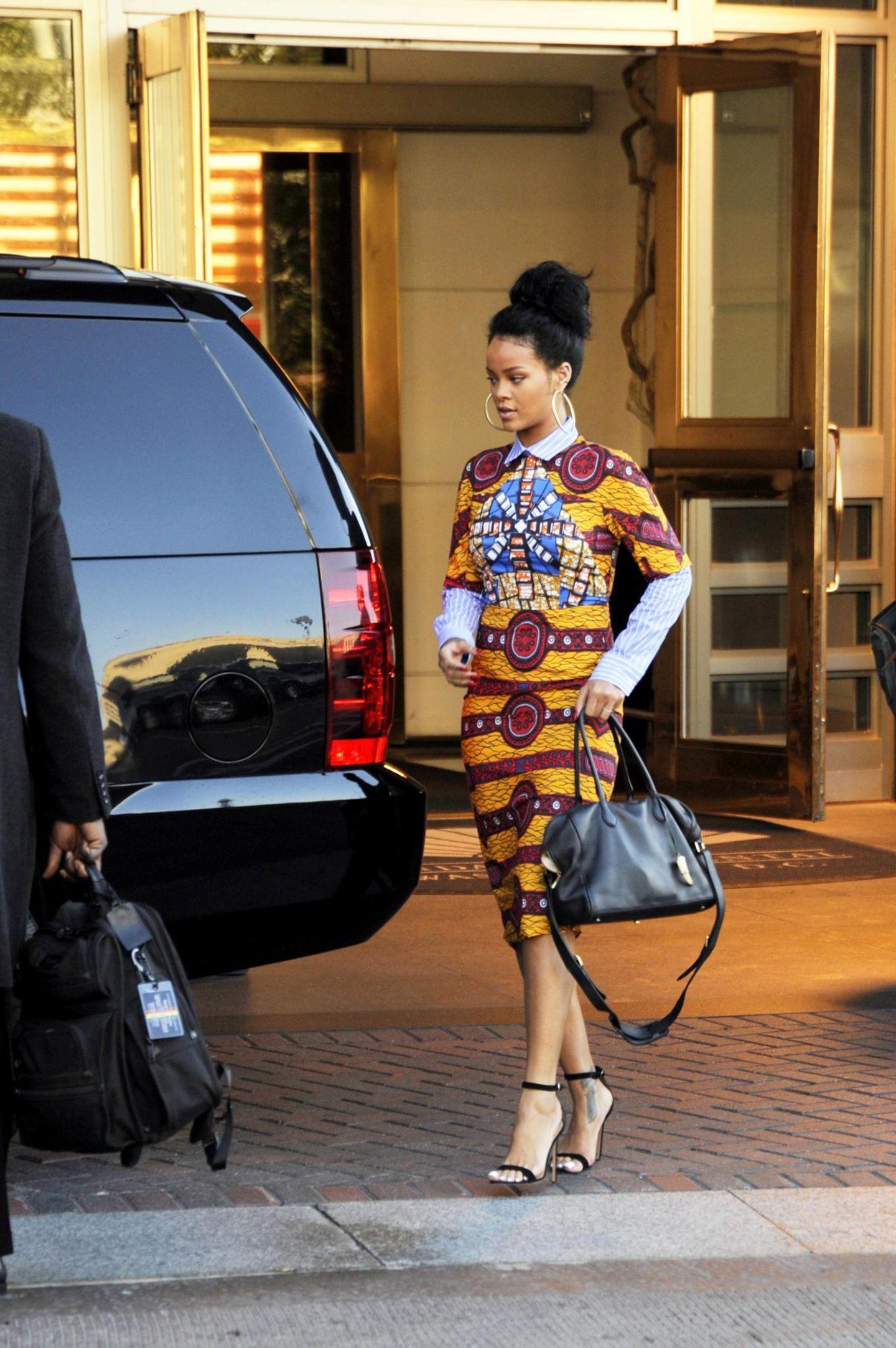 10. November 2014: Rihanna zieht in ihrem Stella Jean Kleid die Blicke auf sich.