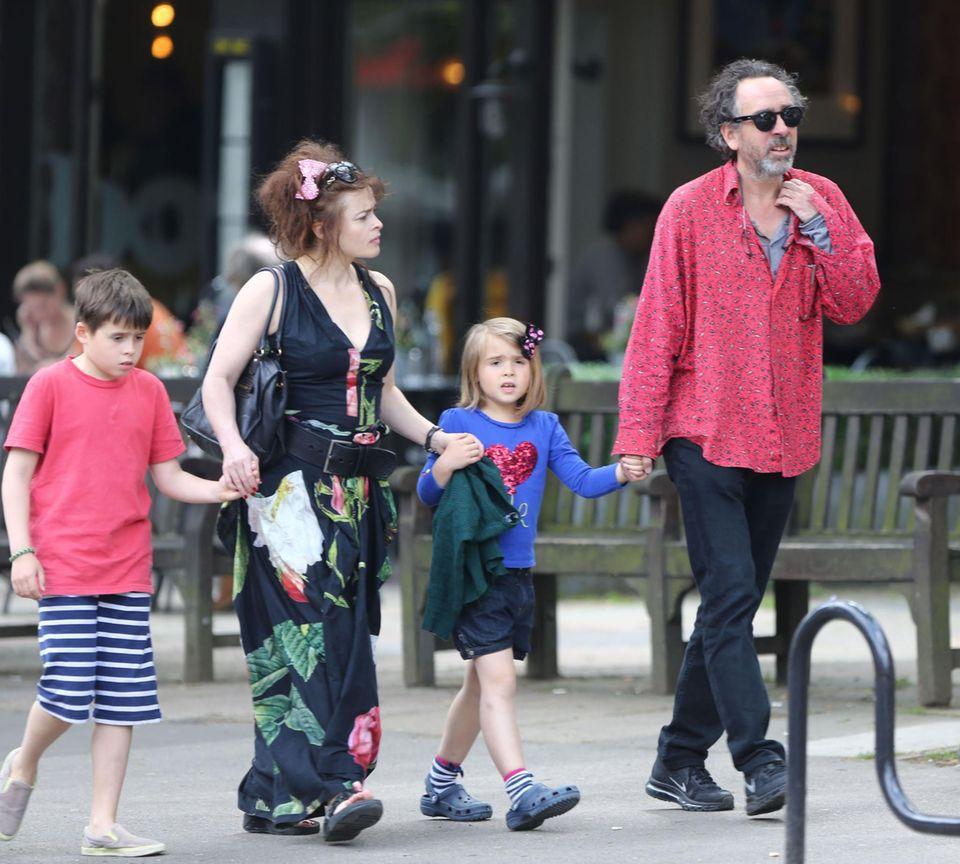 1. Juni 2014: Helena Bonham Carter und Ehemann Tim Burton schlendern mit ihren Kindern durch London.