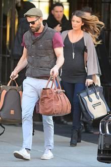 4. Dezember 2014: Ryan Reynolds und seine schwangere Frau Blake Lively checken in New York City aus ihrem Hotel aus.