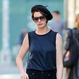 4.November 2014: Anne Hathaway spaziert mit einer Baskenmütze durch SoHo.